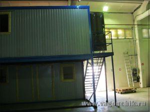 Модульное здание внутри ангара.